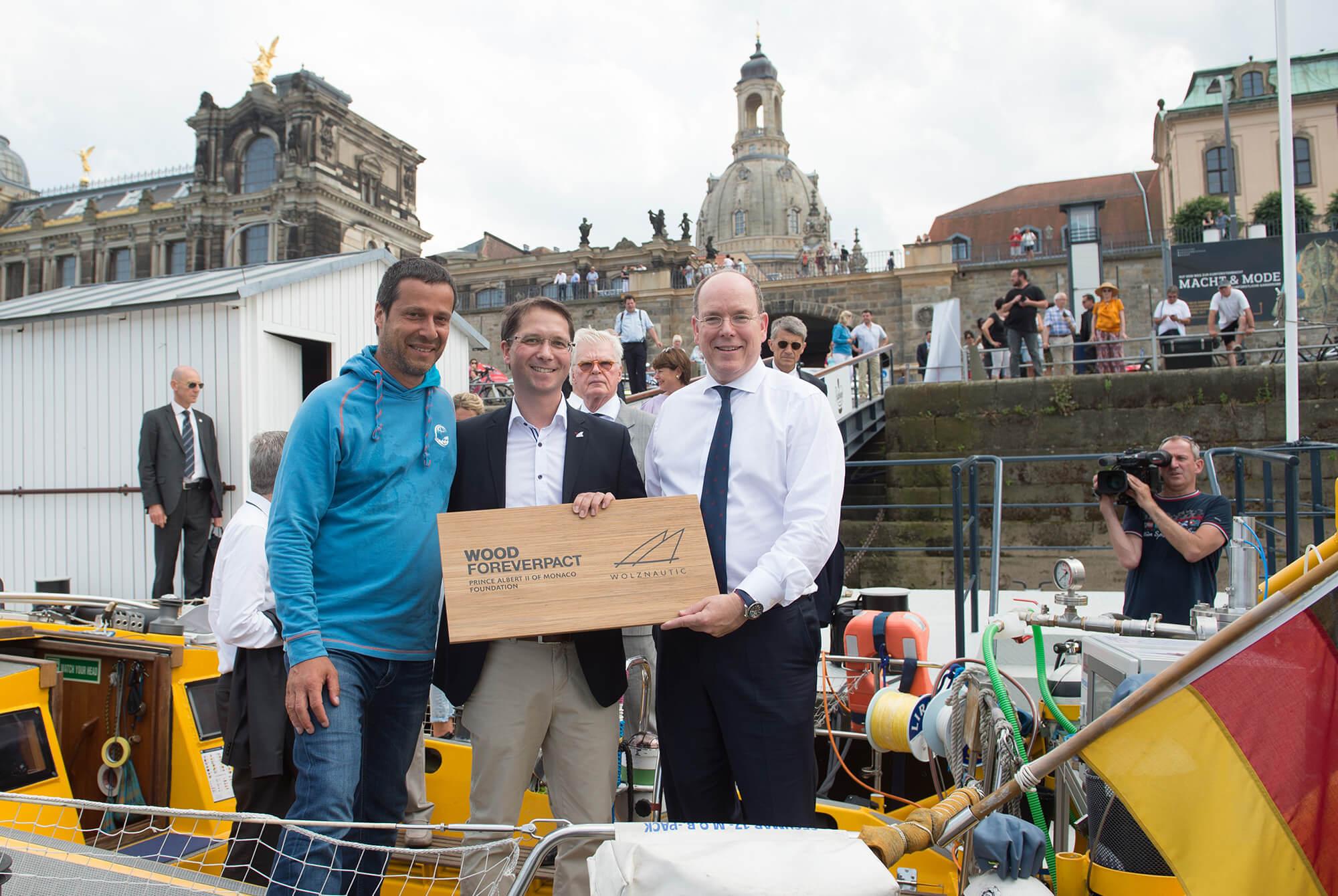 Wood Forever – Pact Wolz Nautic übergibt neues Holzdeck an die Deutsche Meeresstiftung – S.D. Fürst Albert II von Monaco zu Gast